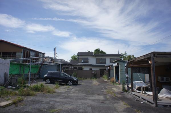 細長い敷地の奥に建物があります。