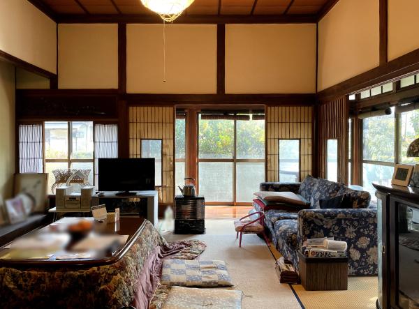 和室10帖は天井も高く開放感があり、お縁からの優しい光が差し込みます